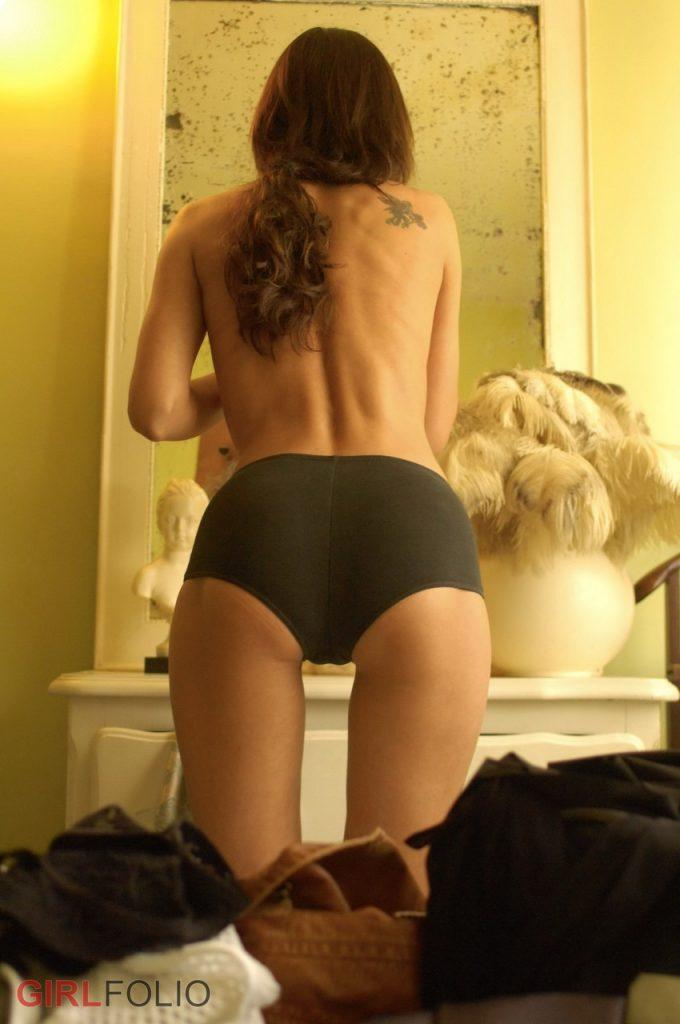 Skinny nude girl