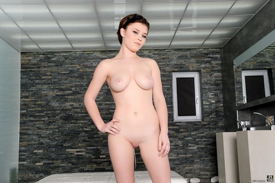 Veronica morre nude
