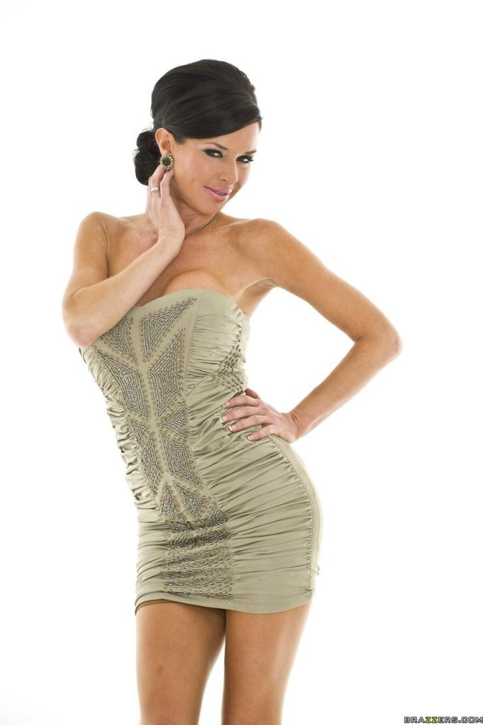 Slutty looking wife Veronica Avluv has an amazing body and